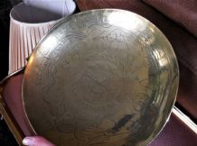VINTAGE SOLID BRASS DISH ORIENTAL CHINESE CHASED DRAGON DESIGN PEDESTAL BASE 10""